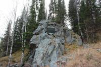 """Скала из ревневской яшмы где был отколот кусок в 18 тонн, из которого изготовлена """"Царь-ваза"""" (N51°05.424′ E82°30.905′)"""